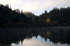 河边区地方公园-钓鱼,划皮船,乘独木舟和直立用浆划的两个美丽的湖 免版税图库摄影