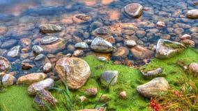 河边缘岩石HDR  免版税库存图片