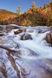 河通过秋叶,快速河更低的秋天, NH,美国 库存照片