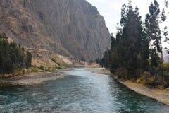 河通过陡峭的山岭地区 库存照片