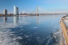 河道加瓦河和缆绳被停留的桥梁 拉脱维亚里加 免版税库存照片