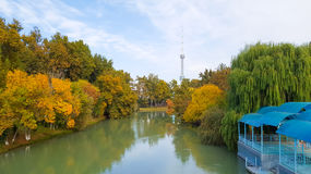 河道和在背景塔 免版税库存图片