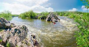 河部分的全景与急流和岩石岸的 库存照片
