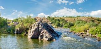 河部分的全景与急流和岩石岸的 库存图片