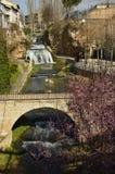 河锡丰特斯在一座美丽的桥梁下的特里略和离开的美丽的瀑布它的通行证的在塔霍河 Na 库存图片