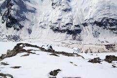 河顶视图峡谷和多雪的山腰的与踪影fr 库存图片