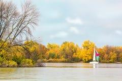 河风景在一晴朗的秋天天 库存图片