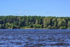 河风景夏天 晴朗的日 免版税库存图片