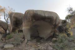 河马的在天际的哈欠岩石 免版税库存照片