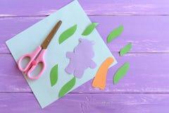 河马,叶子,棕榈树树干从色纸切开了 设置创造一个夏天儿童卡片 剪刀,纸板料 免版税库存图片