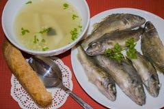从河鱼的汤是在杯的出王牌 免版税库存照片
