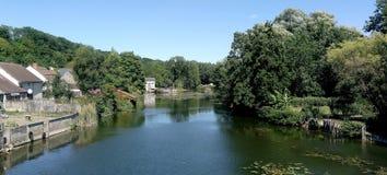 河,一条河的一个宏伟的视图在乡下 免版税库存照片