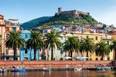 河,在Bosa的老堡垒,撒丁岛 库存图片