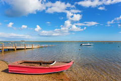 河,有一条小船的湖的可爱的看法在水 免版税库存图片