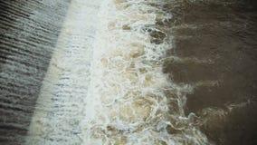 河水从水坝和煮沸落 影视素材