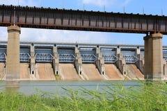 河水坝和铁路桥梁 免版税库存照片