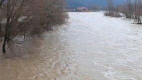 河破裂了它的银行 股票录像