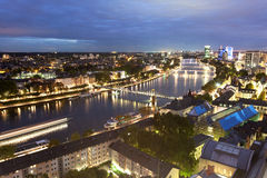 河主要在黄昏的法兰克福 库存图片