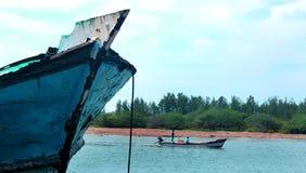 河arasalaru的风景与老和新的小船的在karaikal海滩附近 库存照片