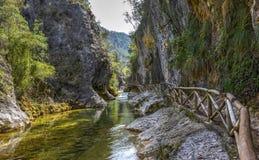 河Borosa走的足迹在山脉卡索拉山 库存照片