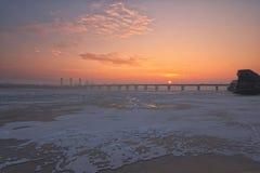 河Dnipro冰和雪盖的Dnieper一个美好的早晨视图  美妙的日出在一个冷淡的冬天早晨 免版税图库摄影