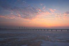 河Dnipro Dnieper左岸的一个美丽如画的早晨视图  日出在与一点雾的一个冷淡的冬天早晨 免版税图库摄影