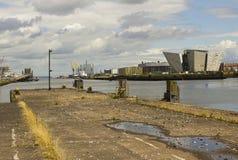 河Lagan在贝尔法斯特包括从一个的偶象力大无比的中心废弃的轮渡码头 免版税图库摄影