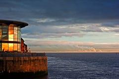 河Mersey,日落的利物浦 免版税库存图片