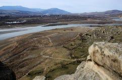 河Mktvari,从古老Uplistsikhe洞镇,乔治亚的看法 免版税库存照片