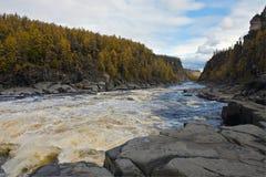 河Moiero和西伯利亚taiga在秋天 库存图片