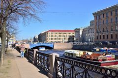 河Moika和在早n的蓝色桥梁的堤防 免版税库存图片