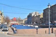 河Moika和游船的堤防的看法  库存照片