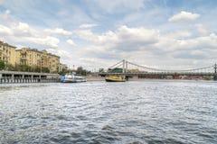 河Moskva, Krimsky桥梁和伏龙芝城堤防 库存图片
