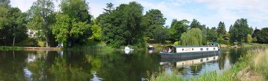 河Ouse的全景圣的Neots有狭窄的小船的 免版税库存照片