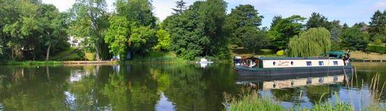 河Ouse的全景圣的Neots有狭窄的小船的 库存照片