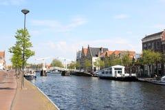 河Spaarne和推力桥梁,哈莱姆,荷兰 图库摄影