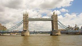 从河Thams的塔桥梁 库存图片
