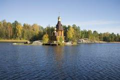 河Vuoksi和圣安德鲁10月下午教会  冬天 免版税库存照片