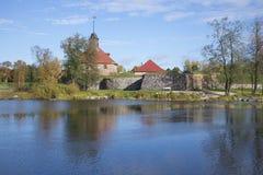 河Vuoksi 10月下午的银行的Korela堡垒 Priozersk 免版税图库摄影