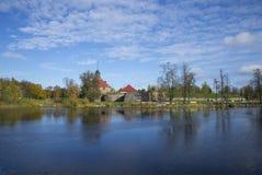 河Vuoksi 10月下午的银行的Korela堡垒 Priozersk 库存图片