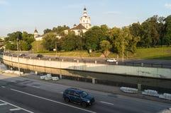 河Yauza码头在清楚的夏天晚上,莫斯科,俄罗斯的Andronikov修道院和车行道的看法 库存照片