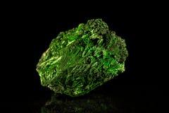 绿沸铜矿物石头,黑背景 库存照片