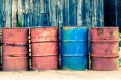 油、石油、红色和蓝色的四老桶。 免版税库存图片