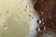 油下落在水中 免版税库存图片