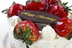 黄油与草莓&生日巧克力板材的奶油蛋糕 免版税库存图片