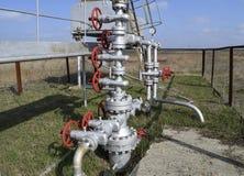 油井的设备 停机阀和服务设备 免版税库存照片