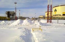 油准备和抽车间 与油和结尾分离植物的一辆坦克 冬天雪 库存图片