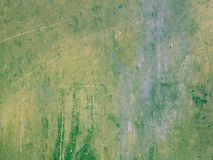 油和丙烯酸漆污点抽象难看的东西纹理绿色背景与黄斑 免版税图库摄影