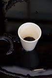 油和塑料杯子 免版税库存照片