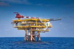 油和煤气事务的油和煤气遥远的泉源平台,看从乘员组小船 免版税库存照片